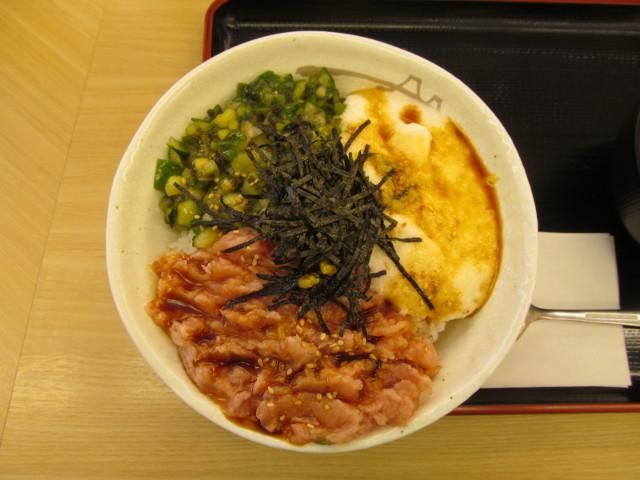 松屋三色丼に特製ダレ投入完了
