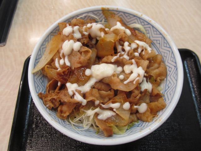 吉野家豚生姜焼丼にマヨネーズ投入完了