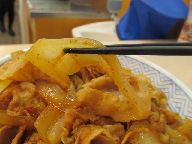 吉野家豚生姜焼丼の玉ねぎ持ち上げ