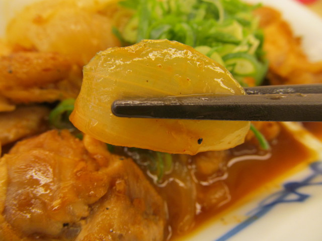 松屋鶏のバター醤油炒め定食の玉ねぎ持ち上げ