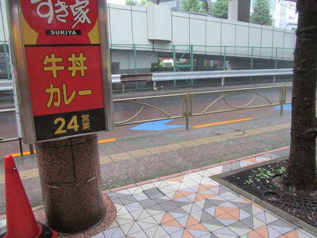台風9号で土砂降りのすき家前20160822