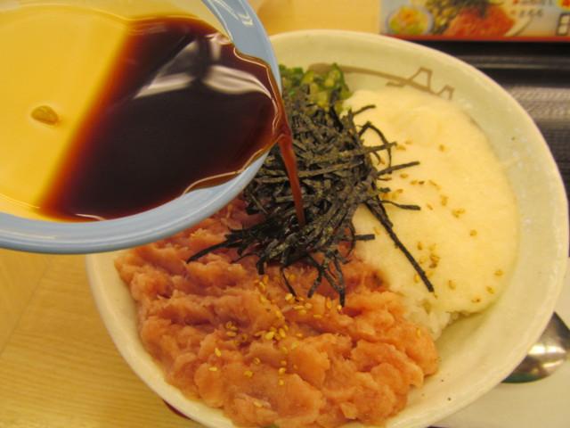 松屋三色丼に特製ダレを投入中
