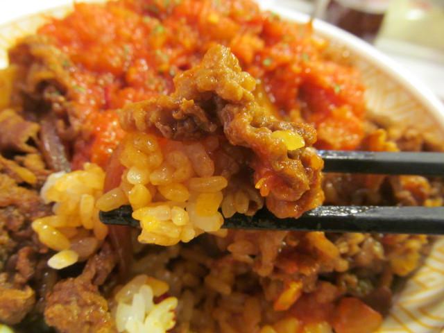 すき家アラビアータ牛丼のソースごはん牛肉玉ねぎを持ち上げ