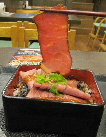 なか卯ローストビーフ丼のローストビーフ持ち上げ