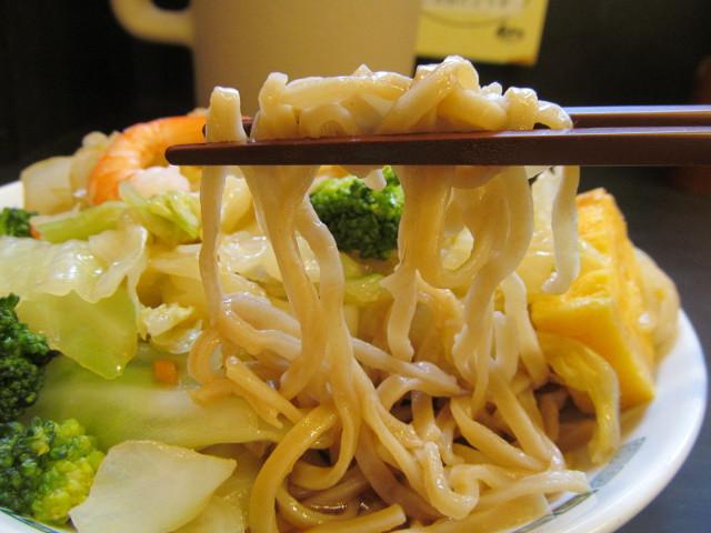 日高屋ヘルシーオリーブ麺の麺持ち上げ1
