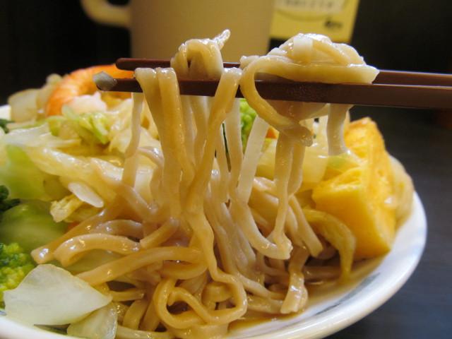 日高屋ヘルシーオリーブ麺の麺持ち上げ2
