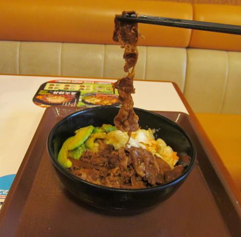 すき家アボカド牛丼の牛肉持ち上げ
