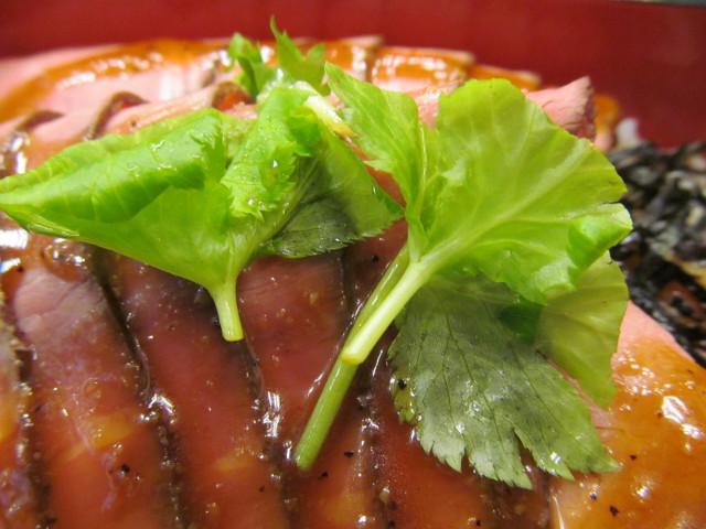 なか卯ローストビーフ丼の三つ葉