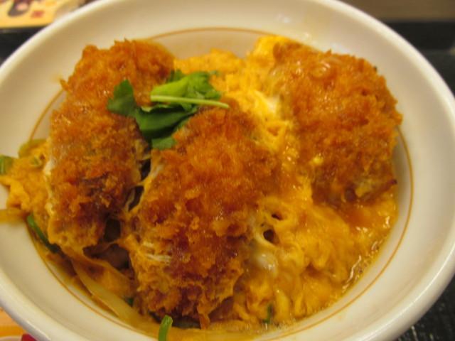 なか卯牡蠣とじ丼の大粒のカキフライ3個