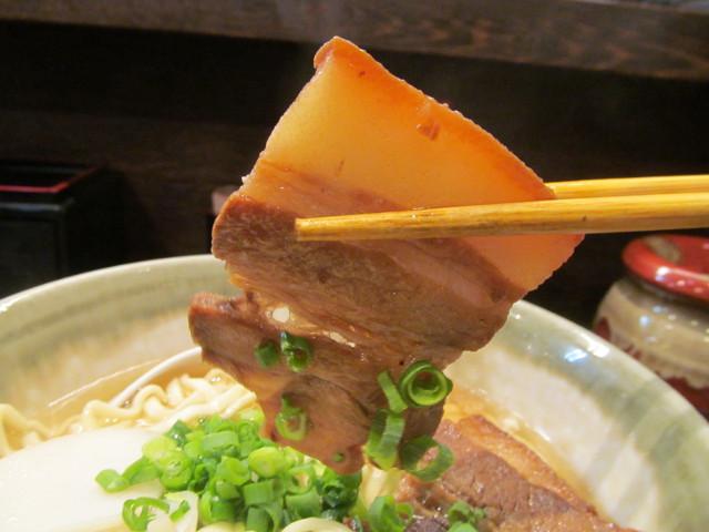 やんばる渋谷店やんばるそばの三枚肉持ち上げ