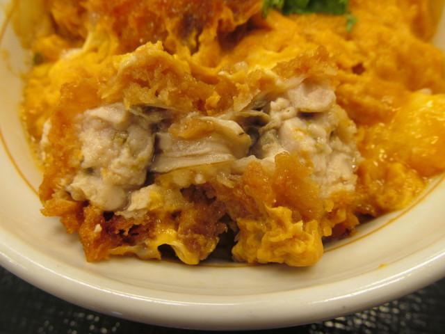 なか卯牡蠣とじ丼のカキフライの断面