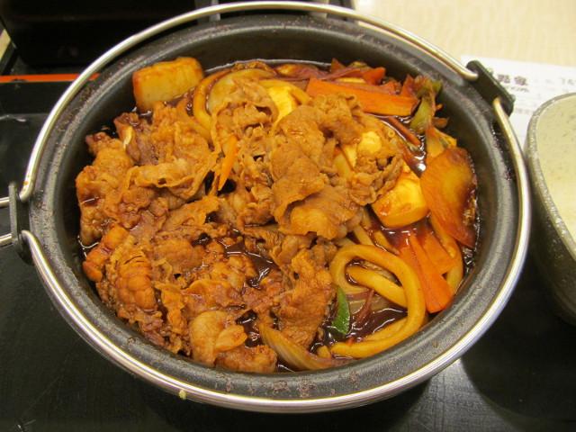 吉野家横浜デミ牛鍋膳大盛の鍋をナナメ上から