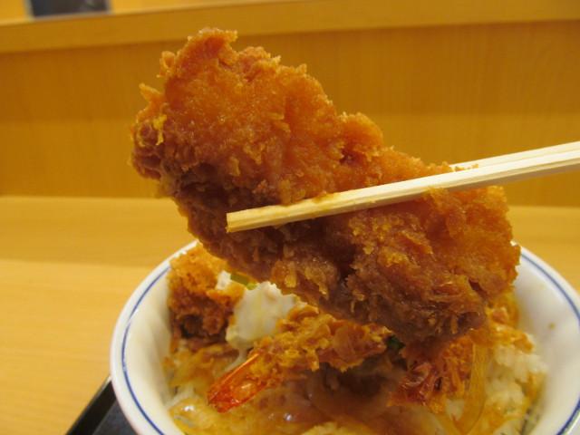 かつや牡蠣フライ海鮮合い盛り丼のイカフライ持ち上げ