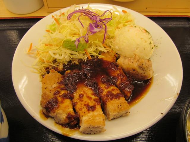 松屋厚切り豚テキ定食の豚テキ皿をナナメから