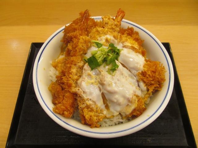 かつや牡蠣フライ海鮮合い盛り丼大盛をナナメ上から