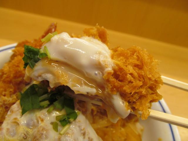かつや牡蠣フライ海鮮合い盛り丼のカキフライ持ち上げ
