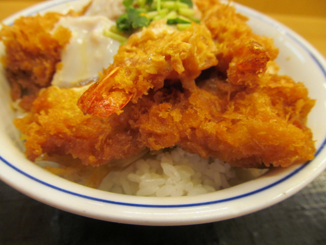 かつや牡蠣フライ海鮮合い盛り丼のイカフライ