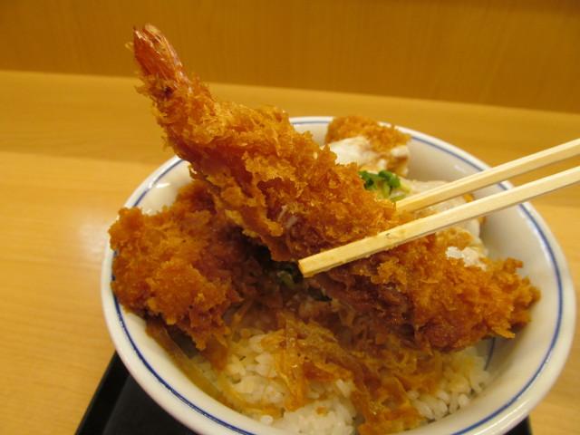 かつや牡蠣フライ海鮮合い盛り丼のエビフライ持ち上げ
