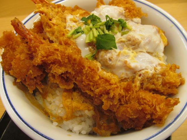 かつや牡蠣フライ海鮮合い盛り丼のエビフライ