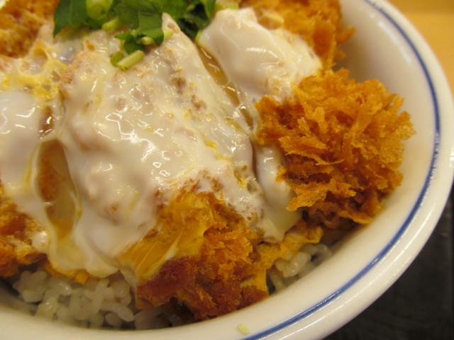 かつや牡蠣フライ海鮮合い盛り丼のカキフライ