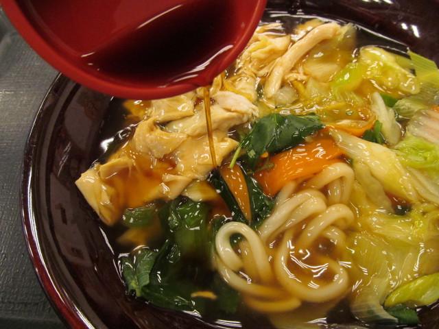 なか卯野菜とゆばのあんかけうどんに純粋玄麦黒酢投入中