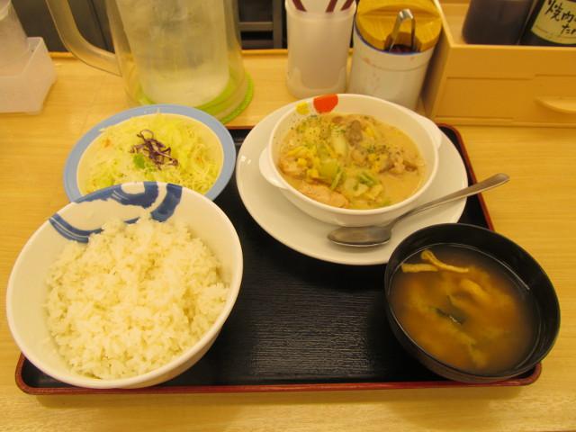 松屋鶏と白菜のクリームシチュー定食ライス大盛無料一式をナナメから