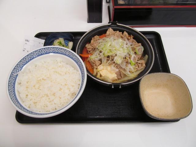 吉野家北海道豚味噌鍋膳一式をナナメから