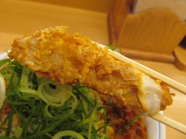 かつや青ねぎ味噌カツ丼大盛の味噌カツの断面