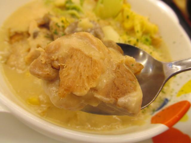 松屋鶏と白菜のクリームシチュー定食の鶏肉持ち上げ