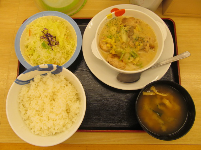 松屋鶏と白菜のクリームシチュー定食ライス大盛無料一式を真上から