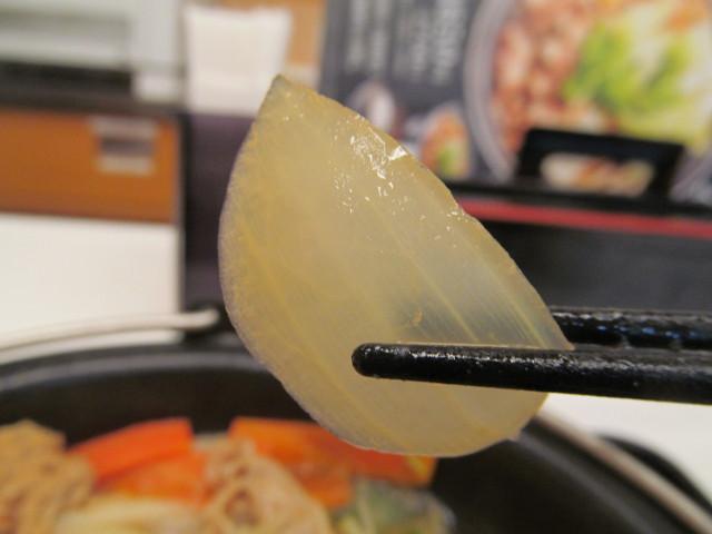 吉野家北海道豚味噌鍋膳の玉ねぎ持ち上げ2