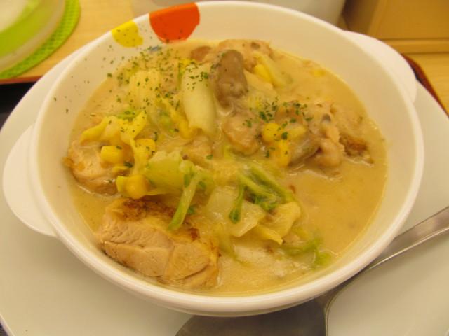 松屋鶏と白菜のクリームシチュー定食のクリームシチューをナナメから
