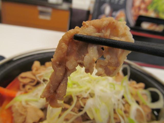吉野家北海道豚味噌鍋膳の豚肉持ち上げ