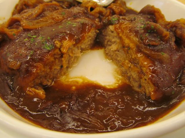 松屋ビーフシチューハンバーグ定食のハンバーグを2分割
