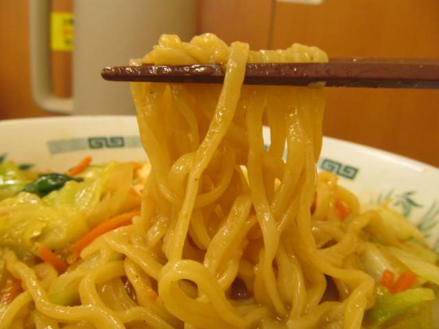 日高屋海老味噌ラーメンの麺持ち上げ