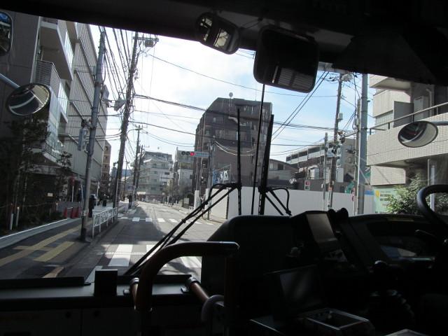 世田谷税務署前交差点の等13一番バス20170127