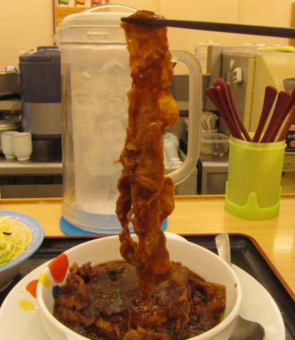松屋ビーフシチューハンバーグ定食の牛肉持ち上げ