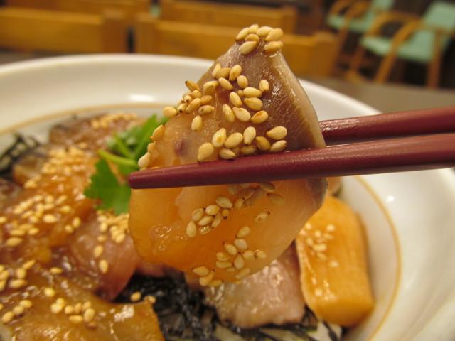 なか卯鰤丼の鰤切り身を持ち上げ