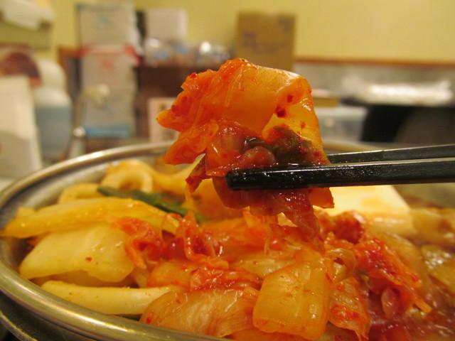 すき家豚チゲ鍋定食のキムチ持ち上げ