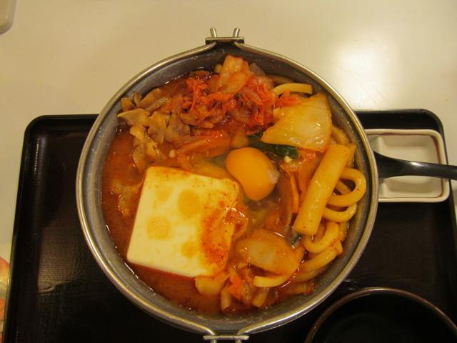 すき家豚チゲ鍋定食の鍋に生たまごを投入して真上から
