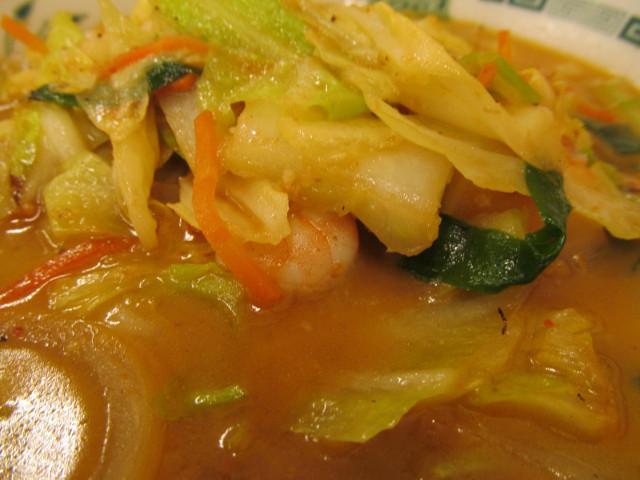 日高屋海老味噌ラーメンの野菜の下に海老
