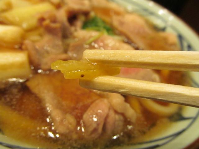 丸亀製麺鴨ねぎうどんの刻み柚子持ち上げ