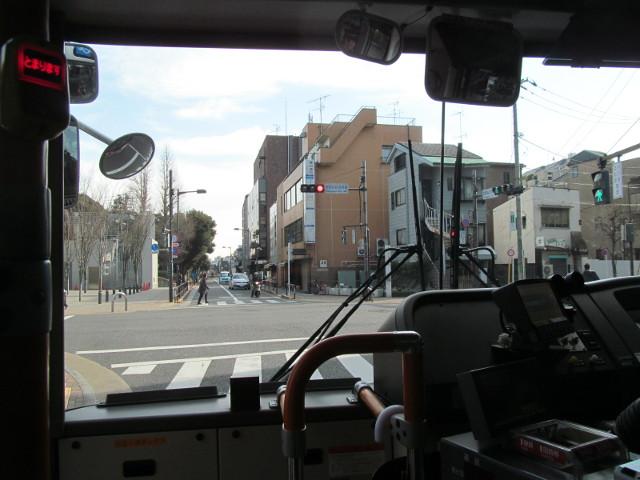 世田谷区役所前交差点の等13一番バス20170127