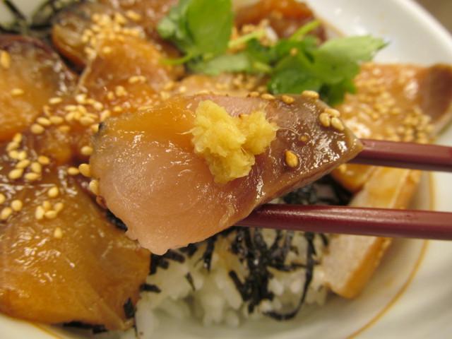 なか卯鰤丼の鰤におろし生姜を載せる