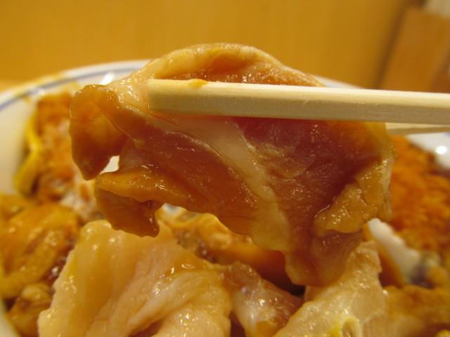 かつや豚バラチキンカツの合い盛り丼1杯目の生肉を持ち上げ