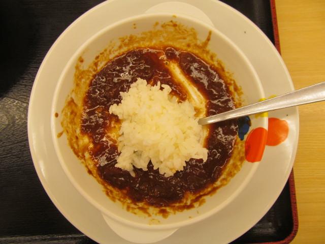 松屋ビーフシチューハンバーグ定食のシチューにライス投入