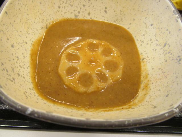 吉野家温野菜定食のごまだれにれんこんを浸す