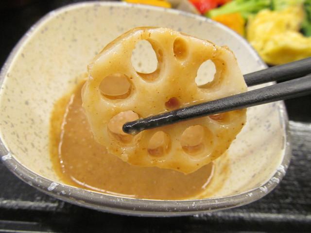 吉野家温野菜定食のごまだれかられんこんを引き揚げ