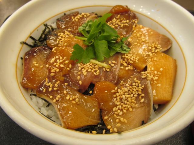 なか卯鰤丼の丼をナナメから