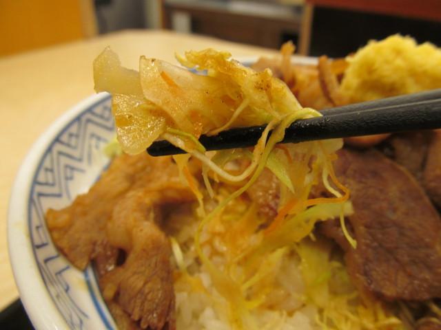 吉野家牛カルビ生姜焼き丼のキャベツとにんじんを持ち上げ